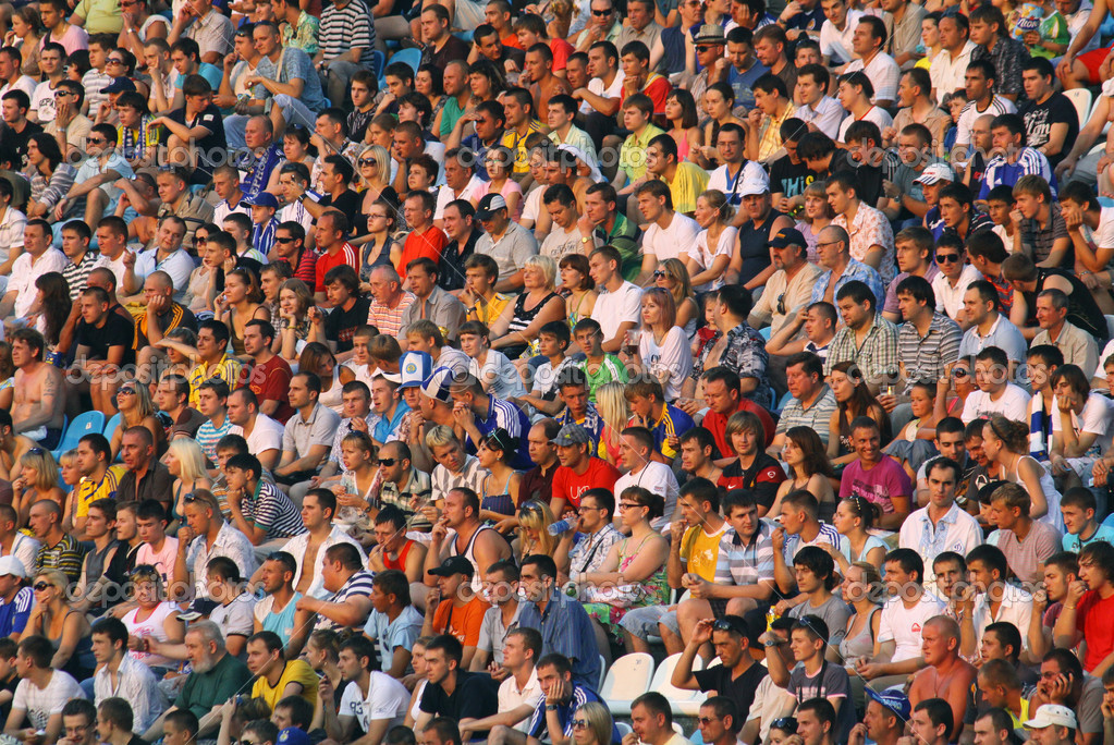 KYIV, UKRAINE - JULY 17, 2010: watch the football game of Ukraine Championship between FC Dynamo Kyiv and FC Tavriya on July 17, 2010 in Kyiv, Ukraine — Stock Photo #3552360