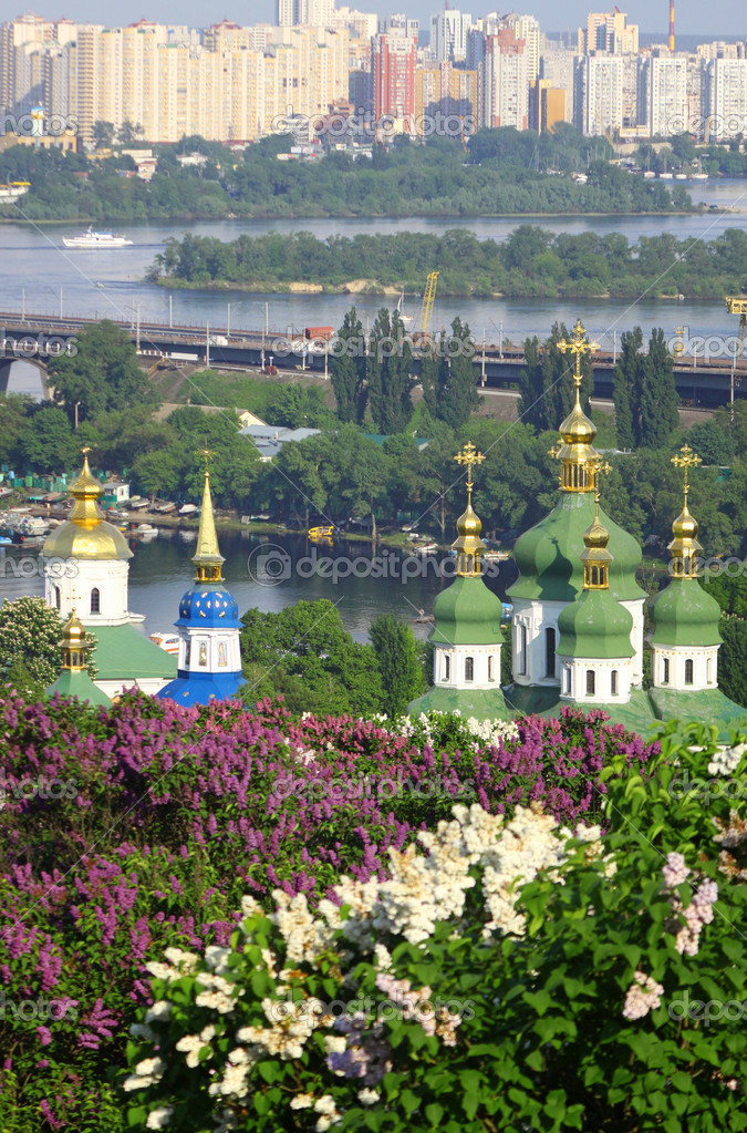 Kyiv Botanic Garden in spring. View to the Vydubichi monastery and left bank of Dnipro river. Kyiv, Ukraine — Stock Photo #3699244