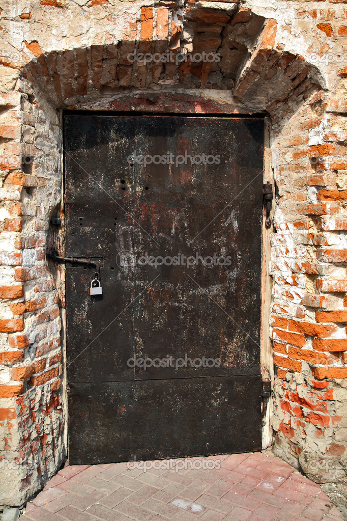 Details of the old brick house. The door and padlock   Stock Photo #2928873