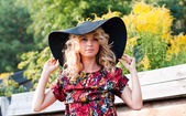 Beautiful blondie in the big hat — Stock Photo