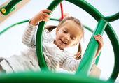 Quattro-anno-vecchia ragazza e suo abaco — Foto Stock