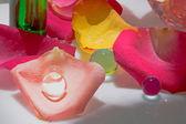 Okvětní lístek růže s olejem jako wellness produkty — Stock fotografie