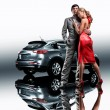 Foto Stock: Young beautiful couple end car reflects in mirror