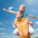 amor de la joven pareja sonriendo bajo cielo azul — Foto de Stock