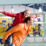 pareja de enamorados retrato sonriente bajo tienda interior — Foto de Stock