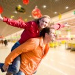 pareja de enamorados retrato sonriente bajo interior — Foto de Stock