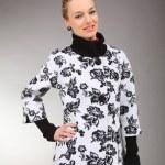 schöne junge frau in hellen kleid mit grauem hintergrund — Stockfoto