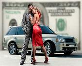 美丽的年轻夫妇背景车钱. — 图库照片