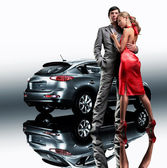 Young beautiful couple end car reflects in the mirror — Stock Photo