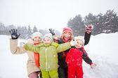 幸福的母亲和儿童一起在雪地里冷的肖像 — 图库照片