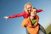 Jovem casal atravessar o gramado de verão — Fotografia Stock