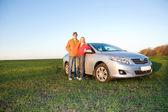 与新车的快乐年轻夫妇 — 图库照片
