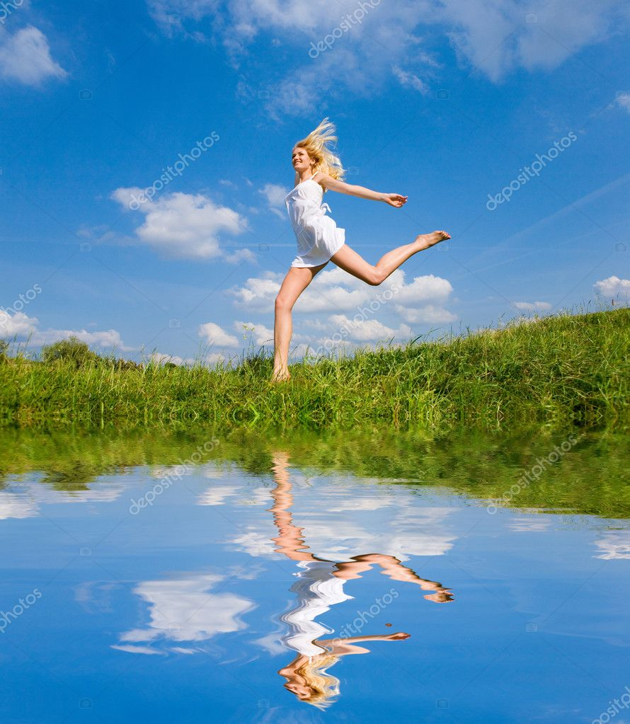 Happy woman is running on a field — Stock Photo #4708487