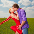 Young love Couple kiss under blue sky — Stock Photo