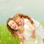 mère et fille avec fleur. mettre l'accent sur les yeux — Photo #4711175