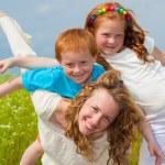 mutter mit kindern spaß auf feld — Stockfoto #4711180