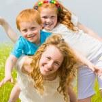mère avec enfants s'amuser sur le terrain — Photo #4711181