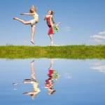两个跳跃的快乐女孩 — 图库照片