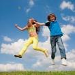 fille et garçon sautant — Photo