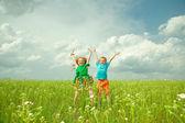 Радость детей с цветком — Стоковое фото