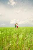 Мать и дочь с цветком — Стоковое фото