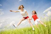 Мама и дочь развлечения в поле — Стоковое фото