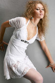 Retrato de uma mulher jovem e bonita. ela desviou-se para a gra — Foto Stock