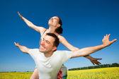 年轻的爱夫妇微笑在蓝蓝的天空下 — 图库照片