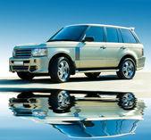 越野的豪华车。蓝蓝的天空的背景. — 图库照片