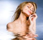 肖像美丽的年轻女子在水中 — 图库照片