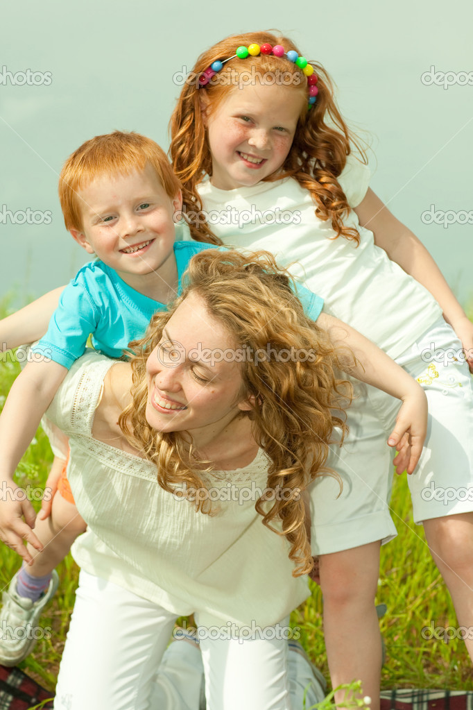 Mother with children goes on field — Stock Photo #4711183