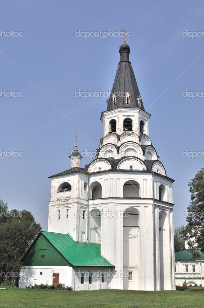 Medieval bell tower and church in monastery of Alexandrov town, Russia — Stock Photo #3838377