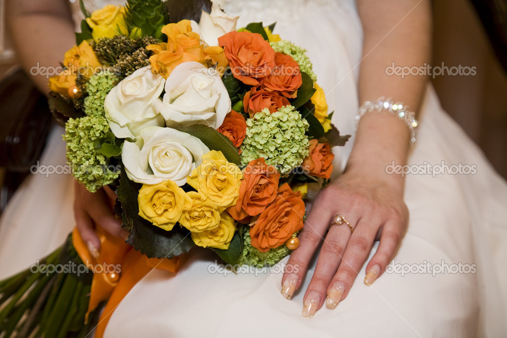 Wedding bouquet in bride's hand — Stock Photo #3025295
