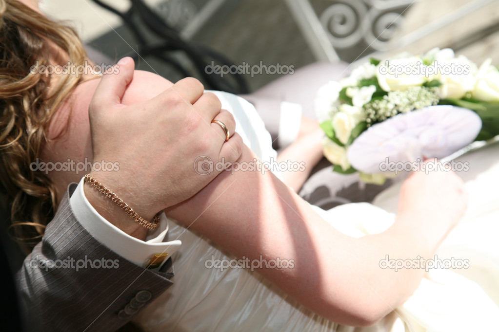 Groom is holding his hand on bride's shoulder — Stock Photo #3577399