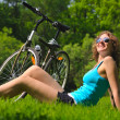 Sitting woman and bike — Stockfoto