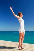 美しい女性は、海の自由を楽しんでいます。 — ストック写真