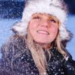 mulher jovem e bonita no inverno nevado — Foto Stock