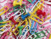 Achtergrond van kleurrijke paperclips. — Stockfoto