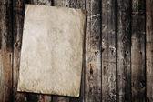 Papier op oude houtstructuur — Stockfoto