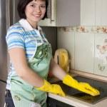 Улыбается женщина очистки плита — Стоковое фото