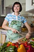 γυναίκα λαχανικά κοπής — Φωτογραφία Αρχείου