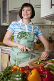Woman cutting vegetables — Stockfoto