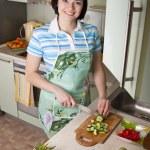 verduras de corte de mujer en cocina — Foto de Stock
