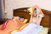 Kobieta budzi się przez jej męża, chrapanie. — Zdjęcie stockowe