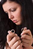 развод. женщина холдинг золото обручальное кольцо — Стоковое фото