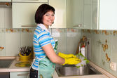 Woman washing dishes in kitchen — Stok fotoğraf