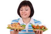 γυναίκα κάνει επιλογή πίτσα και υγιή σαλάτα — Φωτογραφία Αρχείου