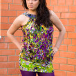 όμορφη γυναίκα σε έντονα χρώματα φόρεμα εκτός — Φωτογραφία Αρχείου
