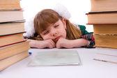 Skolflicka sover nära hennes läxor. — Stockfoto