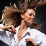 kobieta z fruwające włosów — Zdjęcie stockowe